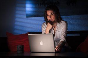 Retrato trabajando para la consultora Elena Benito, por Javi Aguilar