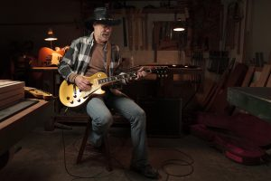 Retrato del guitarrista en el taller de Rafa Bazaga, por Javi Aguilar