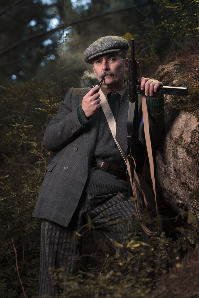 Retrato de recreación histórica. Maquis Segunda Guerra Mundial WWII. Maquisard con pipa.