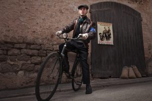 Retrato de recreación histórica. Maquis Segunda Guerra Mundial WWII. Maquisards con bicicleta