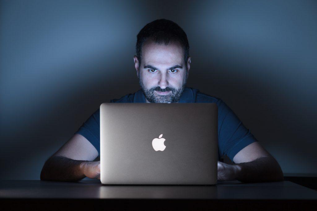 Carles Retrato con MacBook